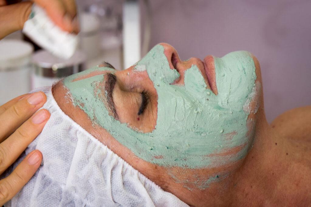 טיפול פנים עם מסיכת פנים