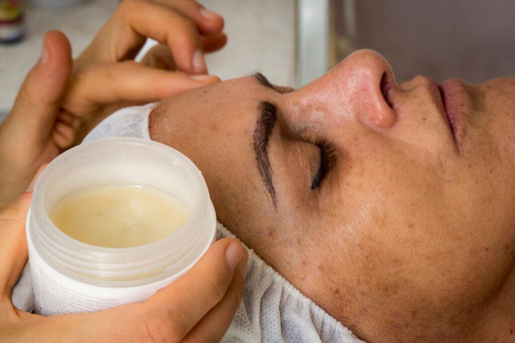 טיפול פנים אצל קוסמטיקאית - חשיבות הטיפוח הטבעי לעור הפנים שלנו